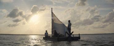 In The Peanut Butter Falcon segeln Terry, Zak und Eleanor auf ihrem floß, während die Sonne unter geht