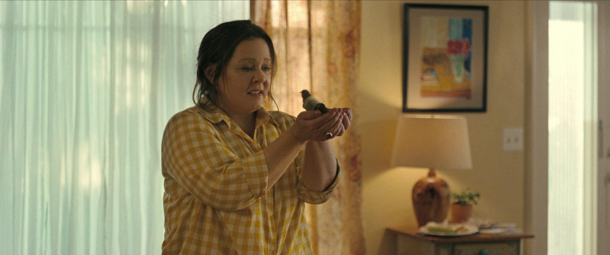 Melissa McCarthy hält einen kleinen Vogel vor sich in den Händen