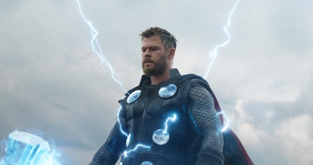 Chris Hemsworth als Thor, einer der mächtigsten Marvel Helden, wird von Blitzen durschströmt