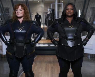 """Das Bild zeigt Melissa McCarthy und Octavia Spencer als Superheldinnen-Duo in """"Thunder Force"""". Beide stehen, in ihren Kostümen und in typischer Pose mit den Armen in die Hüften gestemmt, bereit für ihre Mission."""