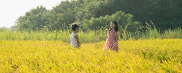 Die jungen Versionen der Hauptfiguren stehen zusammen in einem Feld