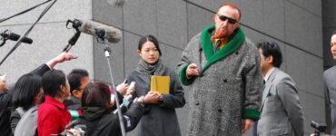 Der französische Anwalt verteidigt stellt sich vor der Anhörung den Journalisten in Tokio!