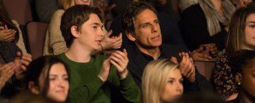 Troy Sloan (Austin Abrams) und Brad Sloan (Ben Stiller) bei einer musikalischen Einheit des Glücks in Im Zweifel glücklich!