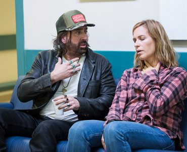 Trucker Joe (Nicolas Cage) kümmert sich um Jolie (Franka Potente) in Between Worlds © 2019 EuroVideo Medien GmbH