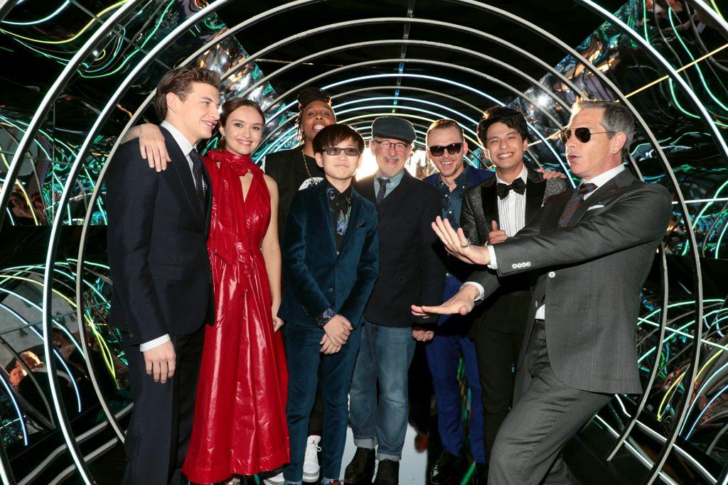Der Cast von Ready Player One zusammen mit Regisseur Steven Spielberg.