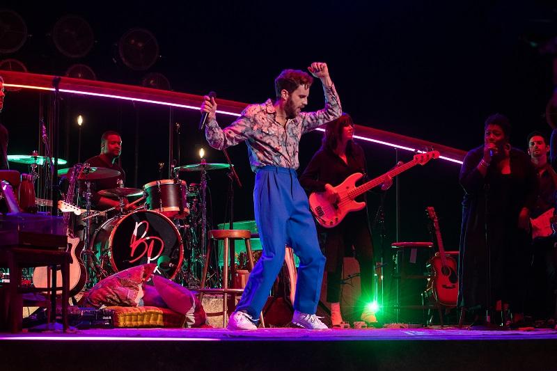 Ben Platt mit Band auf der bunt beleuchteten Bühne