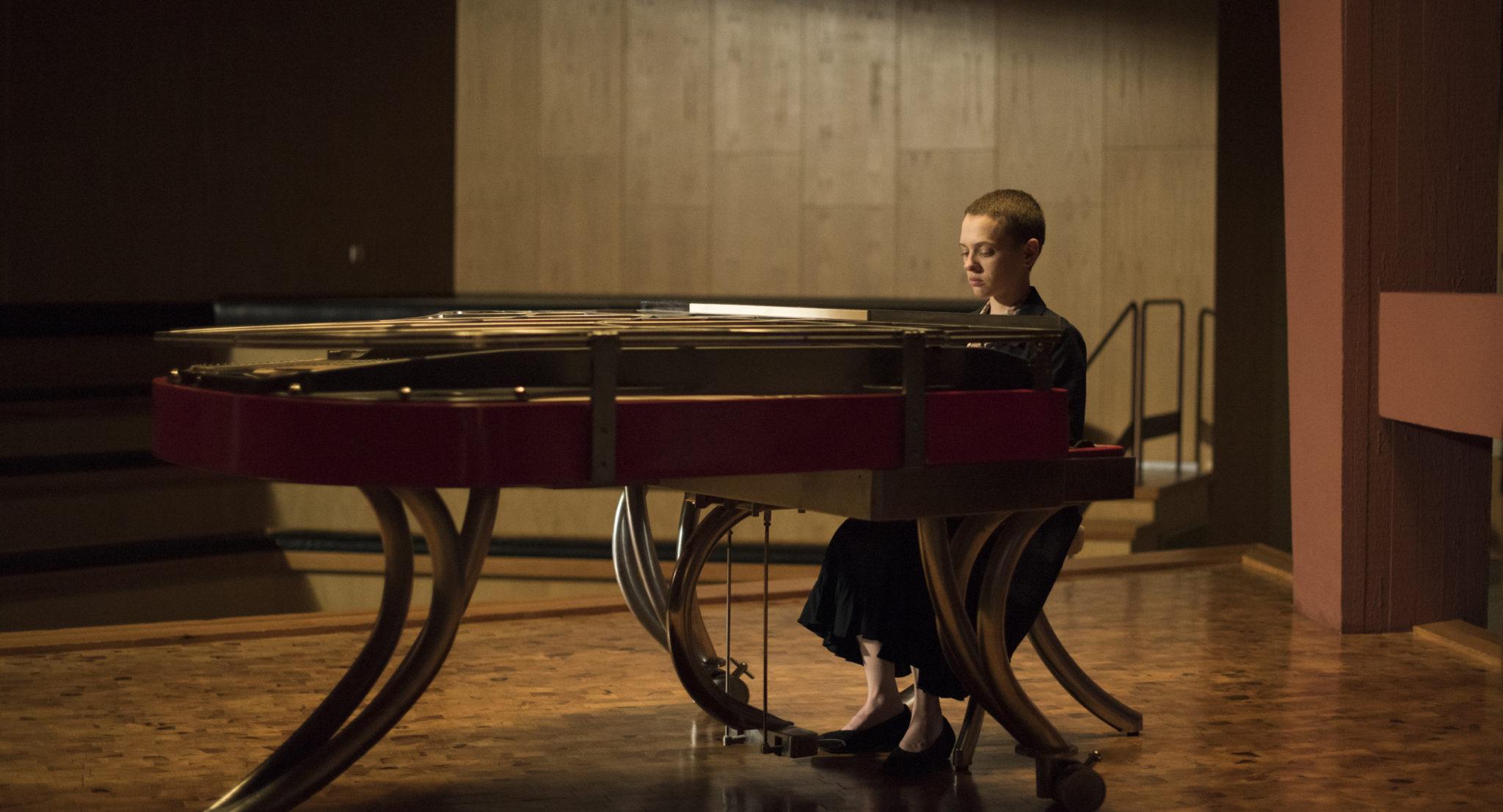 Esther am Klavier