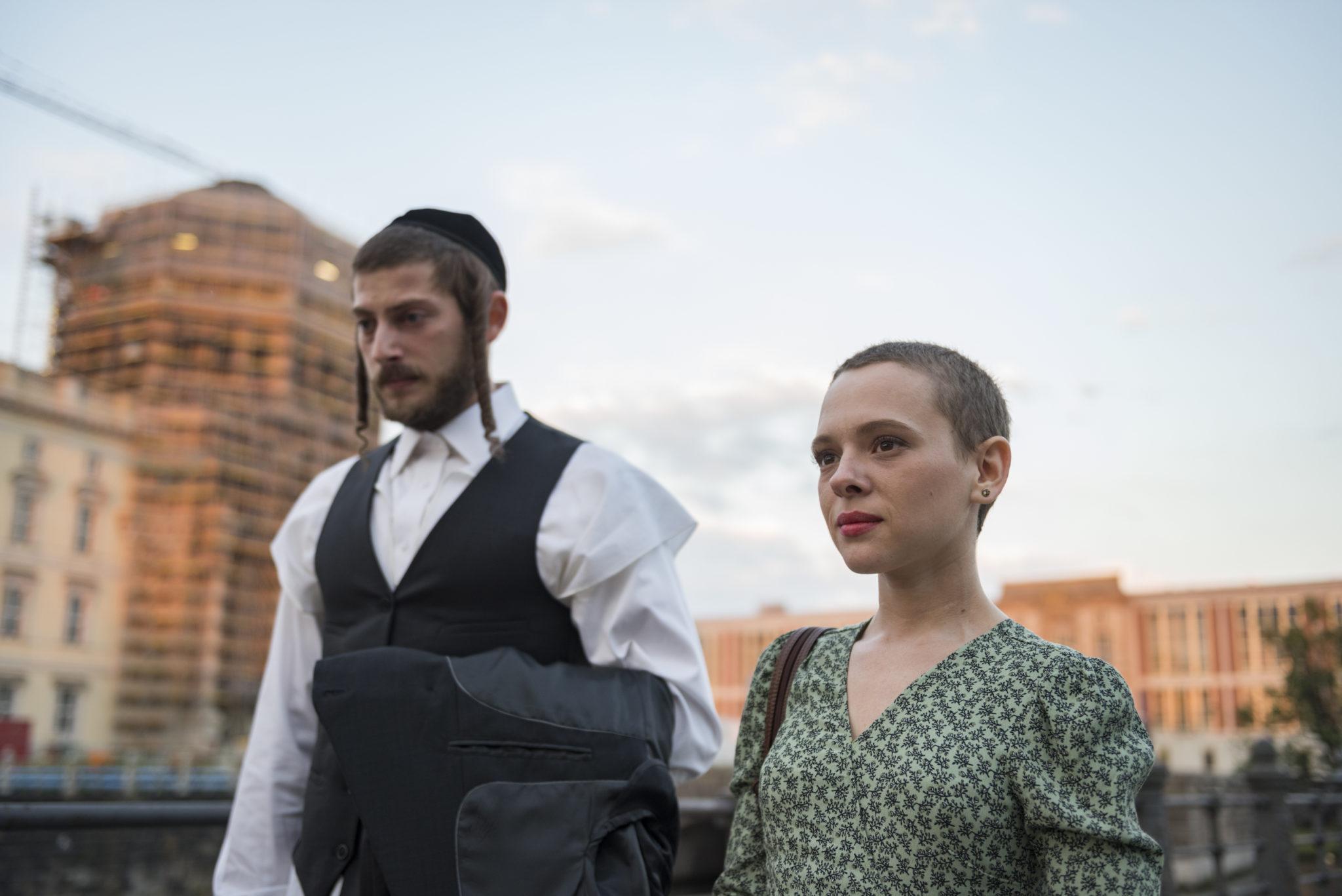 Esther und ihr Ehemann in Unorthodox