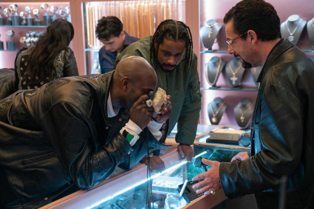 Ein Käufer betrachtet interessiert den wertvollen Stein in Howards Geschäft in Der Schwarze Diamant