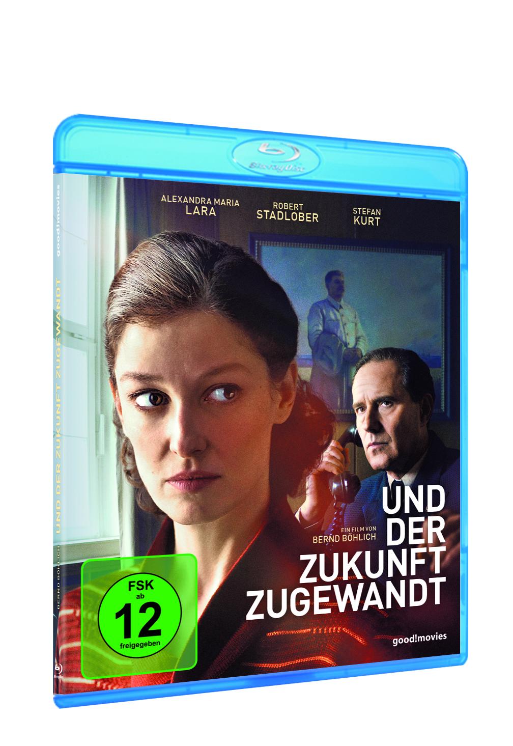 Auf dem Cover der Blu-ray zu Und der Zukunft zugewandt sieht man Hauptdarstellerin Alexandra Maria Lara in Großaufnahme, dahinter Stefan Kurt, der zum Telefonhörer greift.