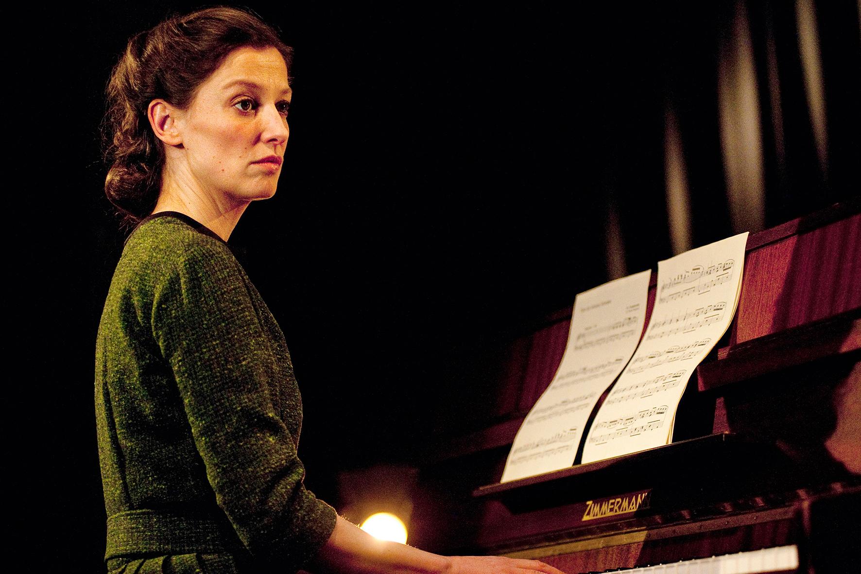 Antonia Berger (Alexandra Maria Lara) ist ganz der Zukunft zugewandt und spielt in ihrem neuen Beruf Klavier auf einer Theaterbühne.