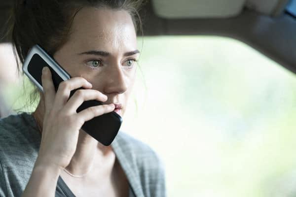 """Rachel erlebt in """"Unhinged - Ausser Kontrolle"""" den schlimmsten Tag ihres Lebens. Auf dem Bild sitzt sie im Auto und hält ein Klapphandy an ihr rechtes Ohr. Ihr Blick lässt nichts Gutes erahnen."""