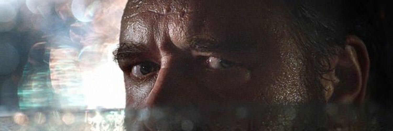 """Russell Crowe als furchteinflößender Stalker Tom Cooper in """"Unhinged - Ausser Kontrolle"""". Aus einem Auto heraus blickt er mit halb heruntergelassenen Fenster und bedrohlichen Blick auf sein nächstes Ziel."""