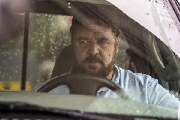 """Russell Crowe richtet seine Wut auf sein nächstes Opfer in """"Unhinged - Ausser Kontrolle"""". Er sitzt hinterm Steuer seines Pickups und blickt nach Außen auf jemanden oder etwas."""