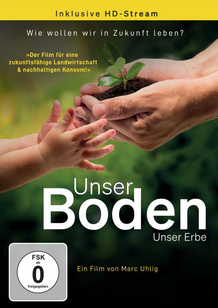 Das Cover der DVD von Unser Boden, unser Erbe zeigt ein Paar Kinderhände, das einen kleinen Haufen Erde mit einem Keimling aus den Händen eines Erwachsenen entgegennimmt.