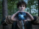 Elja (David Ali Rashed) hat einen blau leuchtenden Würfel vor sich in den Händen