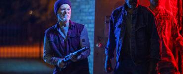 Stephen Lang als Fred Parras verteidigt gemeinsam mit Fred Williamson als Abe seine Bar gegen die Angreifer in VFW - Veterans of Foreign Wars