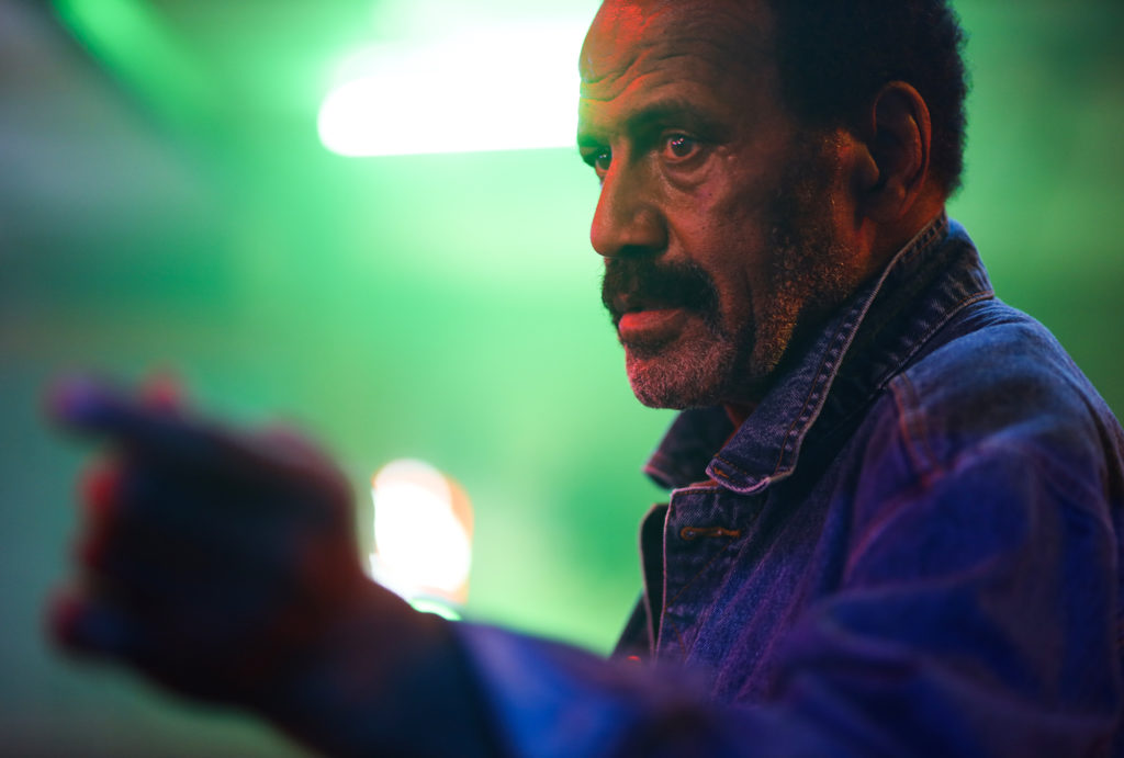 Fred Williamson als Abe in der verrauchten Bar von Fred (Stephen Lang) in VFW - Veterans of Foreign Wars