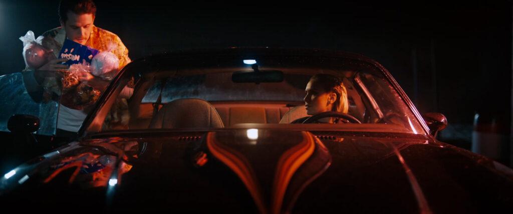 Evan Marsh steigt mit Snacks bewaffnet zu Amber Goldfarb in den Trans-Am - Vicious Fun