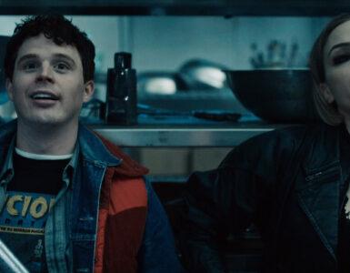 Evan Marsh sitzt grinsend mit einer Axt neben Amber Goldfarb in einem Kühlraum - Vicious Fun