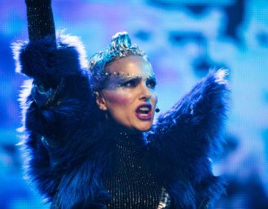 Celeste (Natalie Portnam) performt in einem extravagantem Kostüm und Glitzer auf der großen Bühne