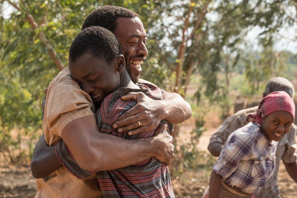 Vater Trywell (Chiwetel Ejiofor, links) und sein Sohn William (Maxwell Simba) in Freude vereint ©Netflix