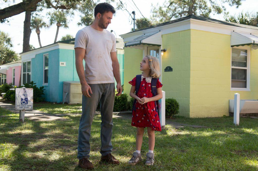 Vater und Tochter stehen vor den Wohncontainern und schauen sich an in Begabt - Die Gleichung eines Lebens