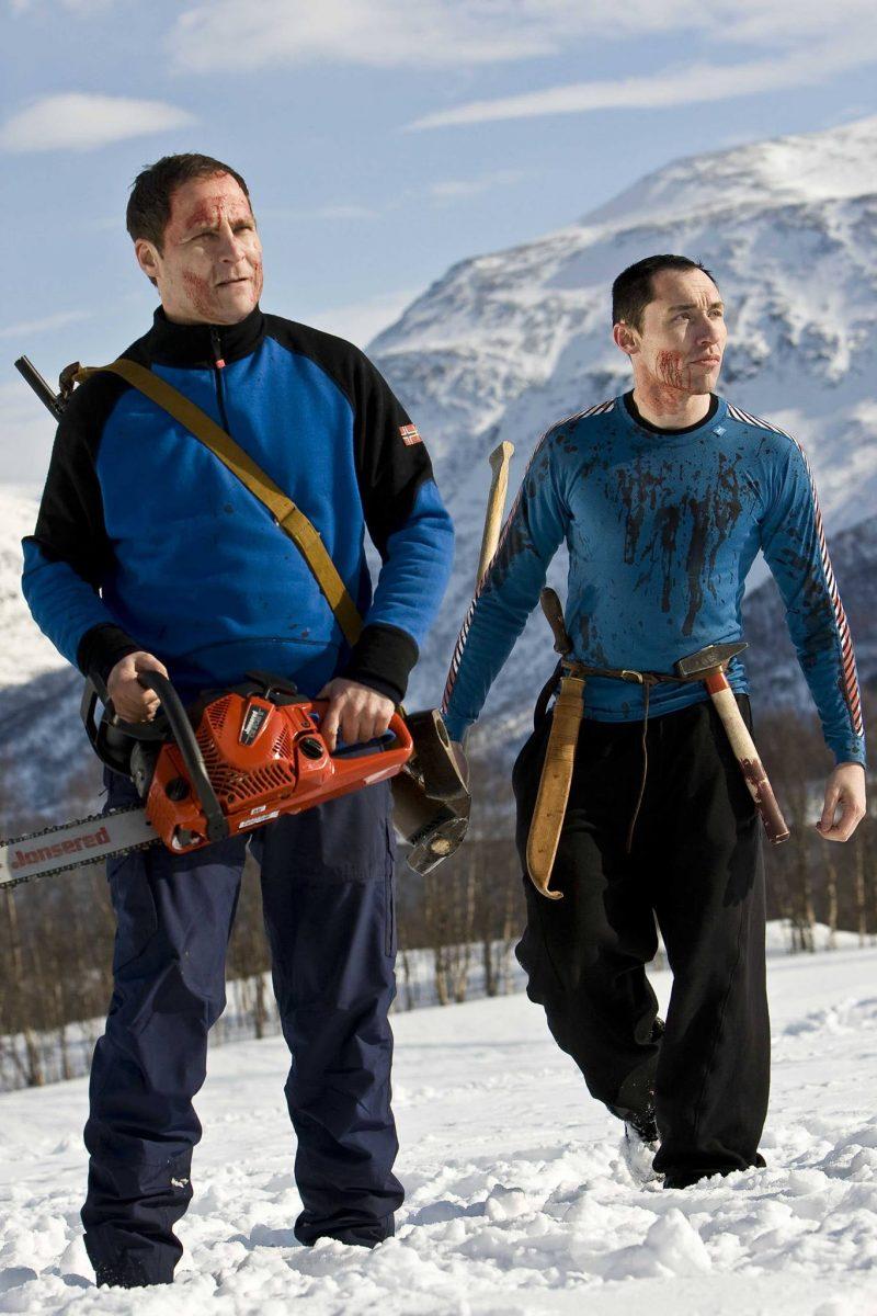 Vegar Hoel und Stig Frode Henriksen wappnen sich als Martin und Roy auf den Kampf gegen die untote SS-Armee in Dead Snow (2009) ©Splendid Film GmbH Home Entertainment