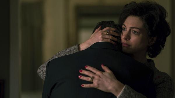 """Anne Hathaway spielt in """"Vergiftete Wahrheit"""" die Ehefrau Sarah Bilott, die hier ihren Mann fest in den Arm nimmt und mit ihrer rechten Hand am Hinterkopf stützt, um ihm Trost zu spenden."""