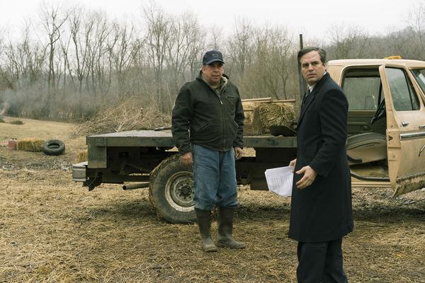 """In dieser Szene von """"Vergiftete Wahrheit"""" stehen der Farmer Wilbur Tennant (Bill Camp) und der Anwalt Rob Bilott (Mark Ruffalo) seitlich vor dem Truck des Farmer. Beide blicken erschrocken auf etwas außerhalb des Bildes."""