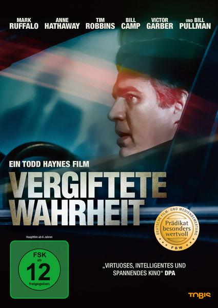 """Das deutsche Cover von """"Vergiftete Wahrheit"""" zeigt Hauptdarsteller Mark Ruffalo. Dieser ist nur von der linken Seite zu sehen, während er aus einem Auto heraus etwas mit erschrockenen Blick betrachtet. Im Frontspiegel spiegeln sich schemenhaft Personen in Anzügen."""