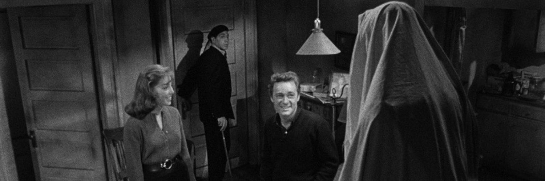Carla und Leonard sind gespannt, was für eine Figur Walter unter dem Tuch verbirgt in Das Vermächtnis des Prof. Bondi