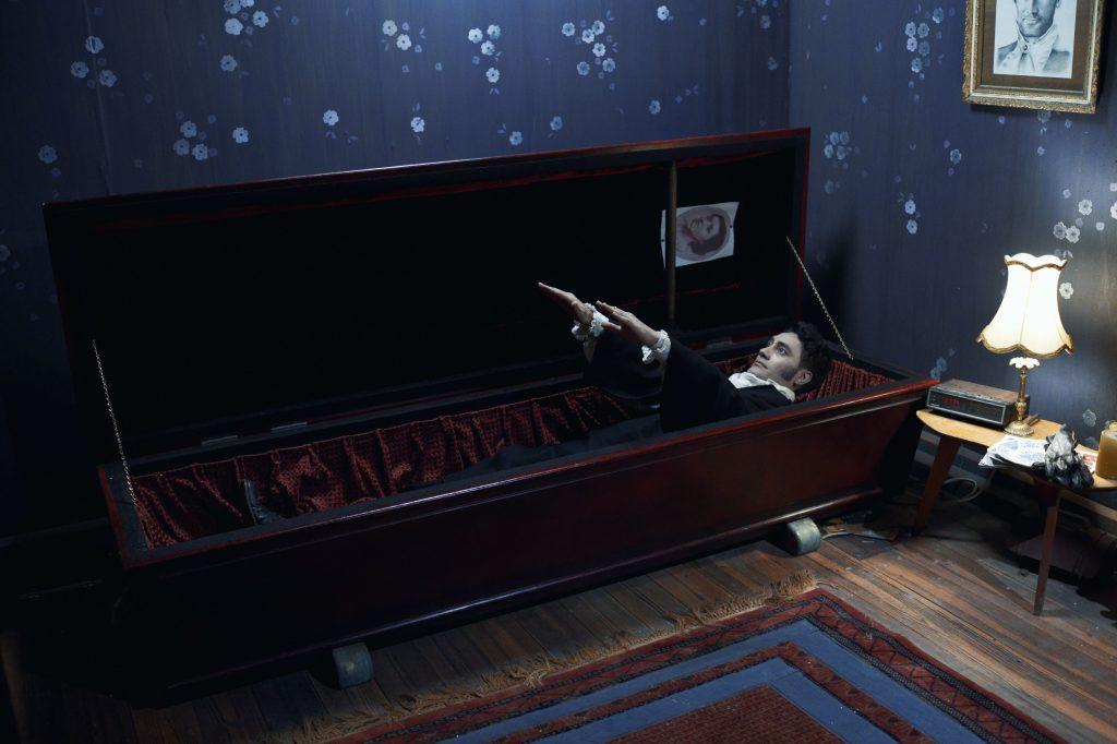 """Viago (379 Jahre) beim allabendlichen Aufstehen in 5 Zimmer Küche Sarg. Quelle: DVD & Bluray zu """"5 Zimmer, Küche, Sarg""""; © Kane Skennar"""