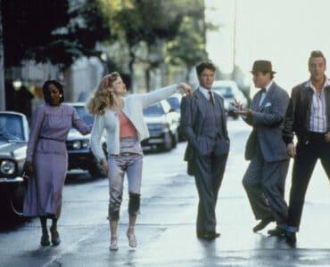 Thomas (Robert Downey Jr.) und seine vier himmlischen Freunde Alfre Woodard, Kyra Sedgwick, Charles Grodin und Tom Sizemore tanzen auf der Straße. Downey Jr. schaut dabei ein wenig verdutzt drein.