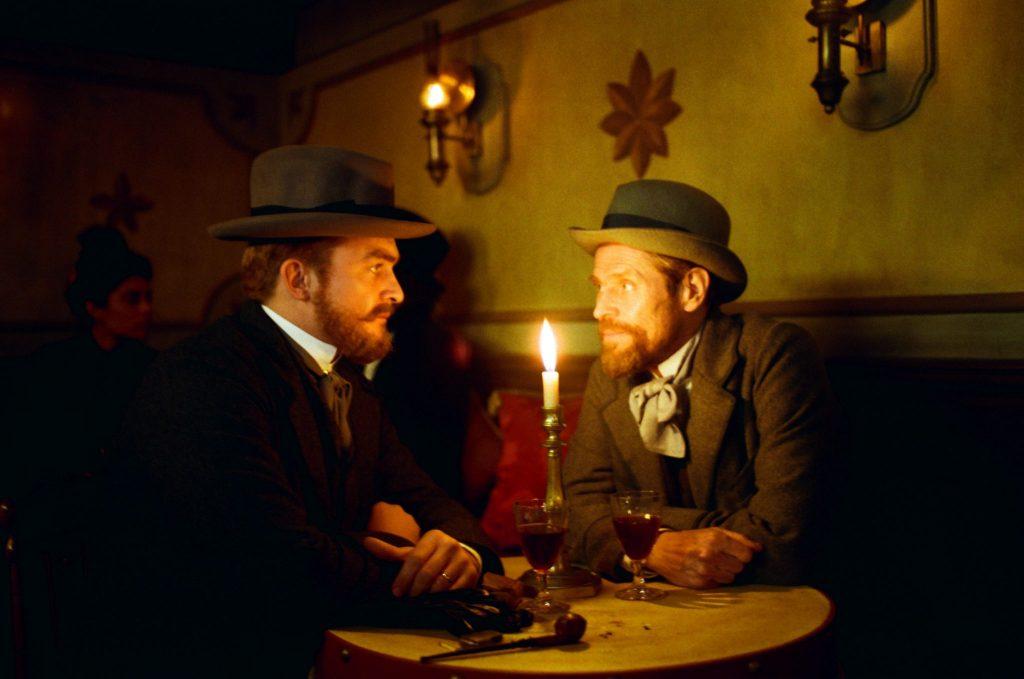 Vincent van Gogh spricht mit seinem Bruder Theo (links, Rupert Friend) ©DCM