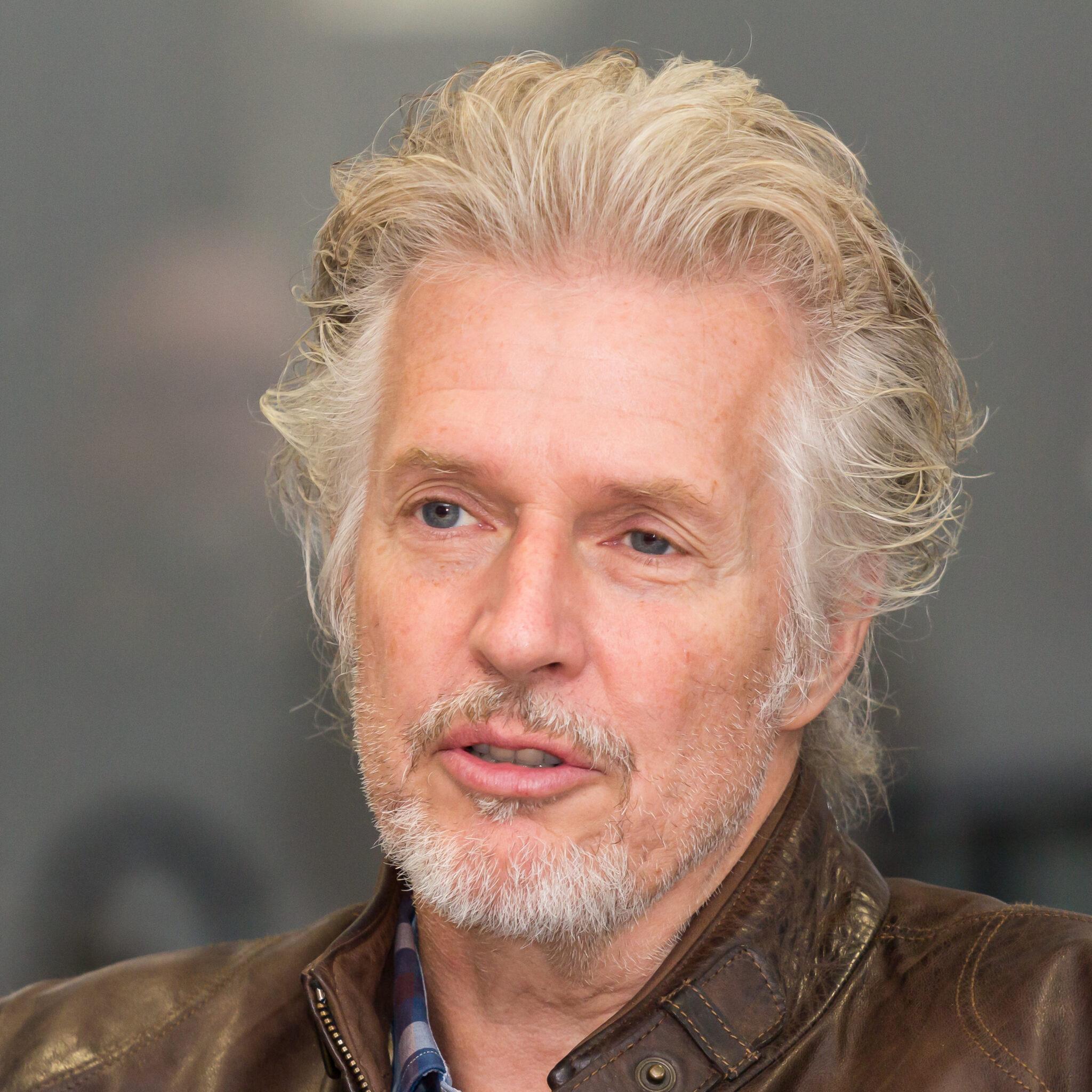Eine Porträtaufnahme des Autors Frank Schätzing, der den Roman Der Schwarm geschrieben hat.