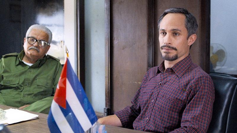 Gerardo Hernandez sitzt neben einem General am Diplomaten-Tisch in Wasp Network - Neu auf Netflix im Juni 2020