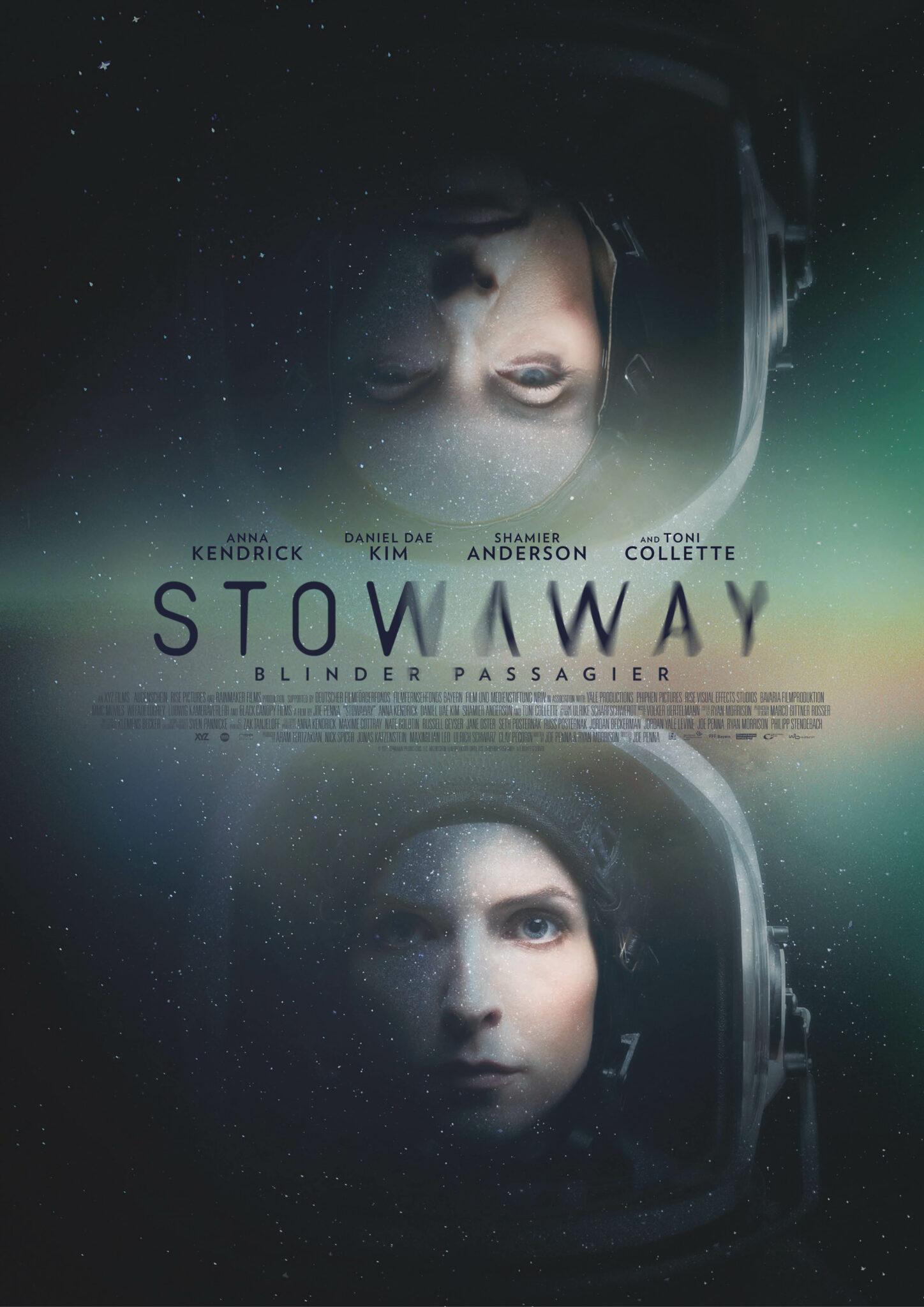 Das Poster zu Stowaway zeigt leicht transparent auf der unteren Hälfte das Porträt von Anna Kendrick mit Astronautenhelm und auf der oberen Hälfte quasi gespiegelt das Porträt von Toni Collette ebenfalls mit Astronautenhelm. Dazwischen steht der Titel in schwarzer Schrift sowie die Besetzung.