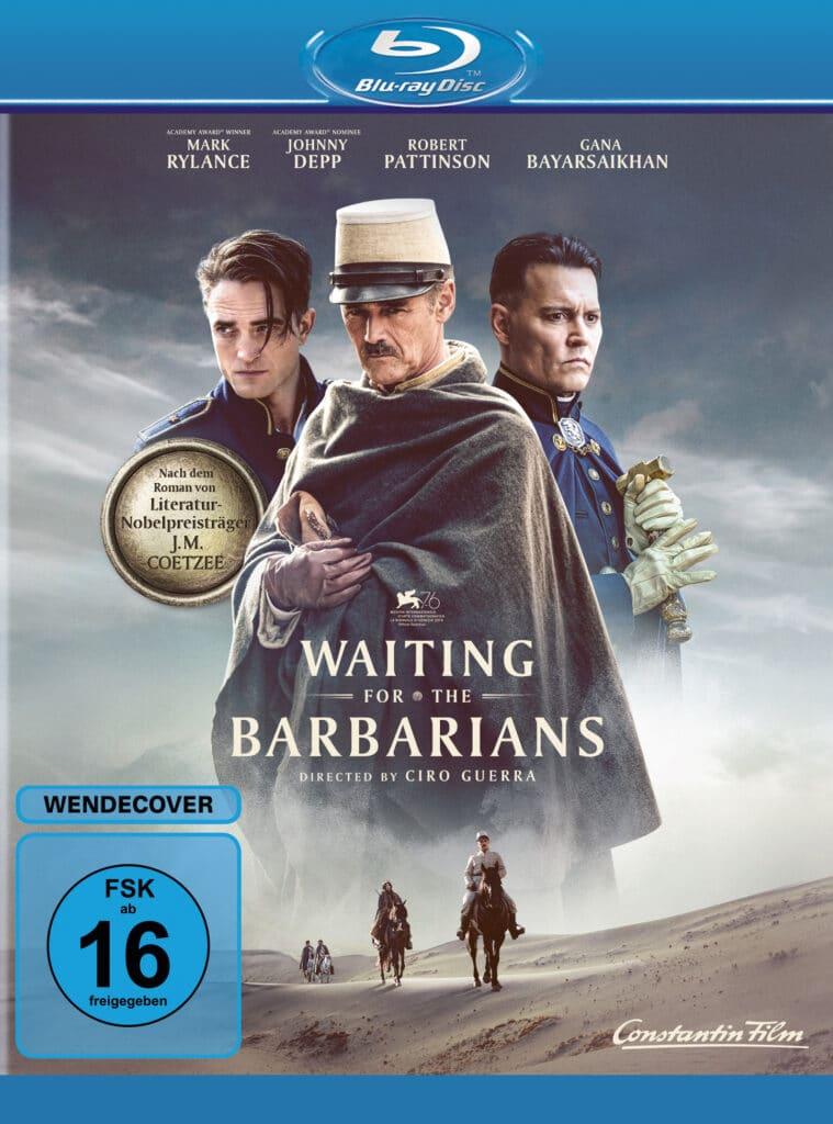 """Das deutsche Blu-ray Cover zu """"Waiting for the Barbarians"""" zeigt den drei großen Stars des Films. Zentral ist Mark Rylance zu sehen, der einen dunklen Umhang trägt. Links von ihm sieht man Robert Pattinson, dem ein paar Haare ins Gesicht fallen und rechts Johnny Depp, der mit ernster Miene blickt. Im unteren Bereich, unterhalb des Titels, erkennt man zwei Reiter, die durch die Wüste reiten."""