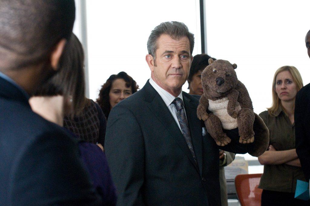 Walter Black (Mel Gibson) stellt seinen Biber seinen Untergebenen vor...in Der Biber von 2011