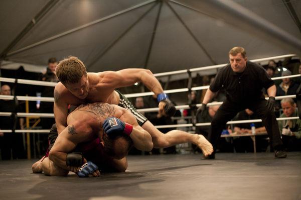 Joel Edgerton hat den Gegner am Boden