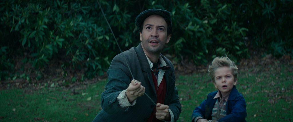 Jack lässt mit dem kleinen, faszinierten Jungen einen Drachen steigen in Mary Poppins' Rückkehr