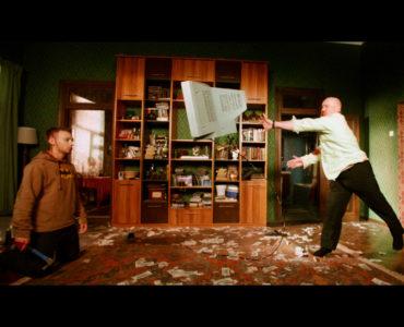 Vitaliy Khaev als Andrey und Aleksandr Kuznetsov als Matvey prügeln sich.