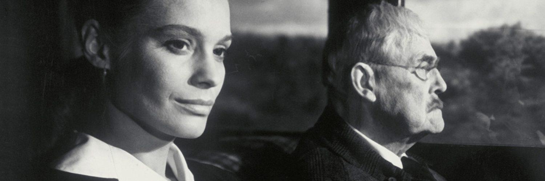 Isak Borg (Victor Sjöström) und seine Schwiegertochter Marianne (Ingrid Thulin) fahren mit dem Auto nach Lund. © Studiocanal Home Entertainment