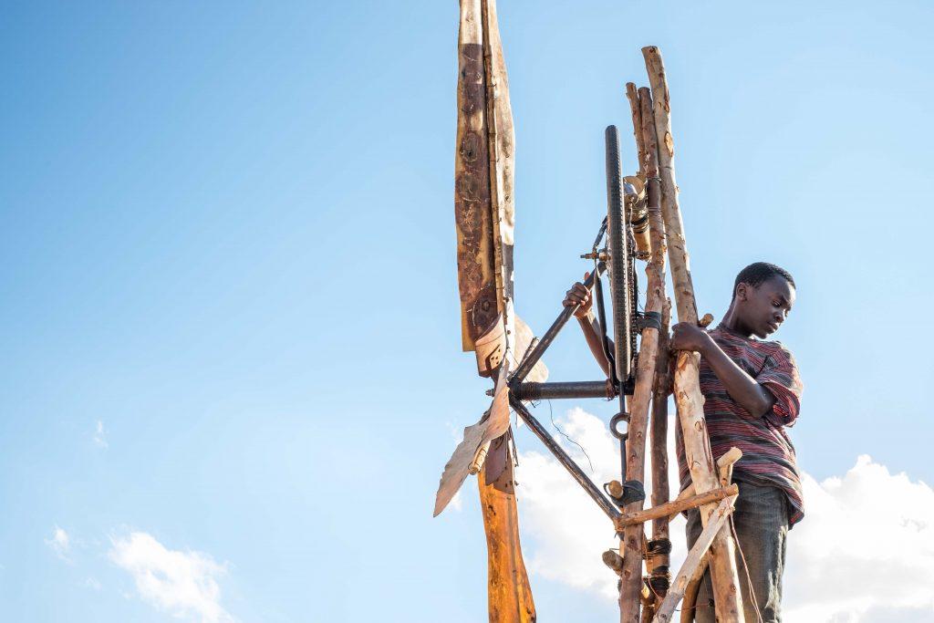 William (Maxwell Simba) blickt von seiner Windmühle herab ©Netflix