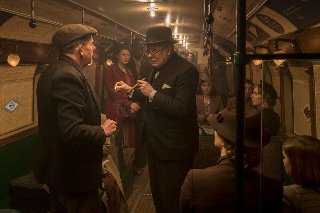 Winston Churchill befragt im Underground Train das Volk - Die dunkelste Stunde © Universal Pictures