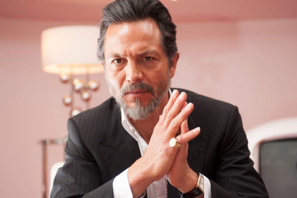 Roberto Alcaino sieht skeptisch in die Kamera, er trägt einen Anzug