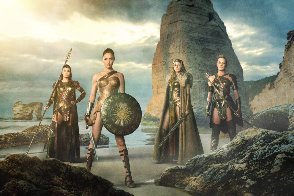 Wonder Woman Prinzessin Diana posiert neben ihrer Mutter, ihrer Tante und einer Gefährtin auf Paradise Island