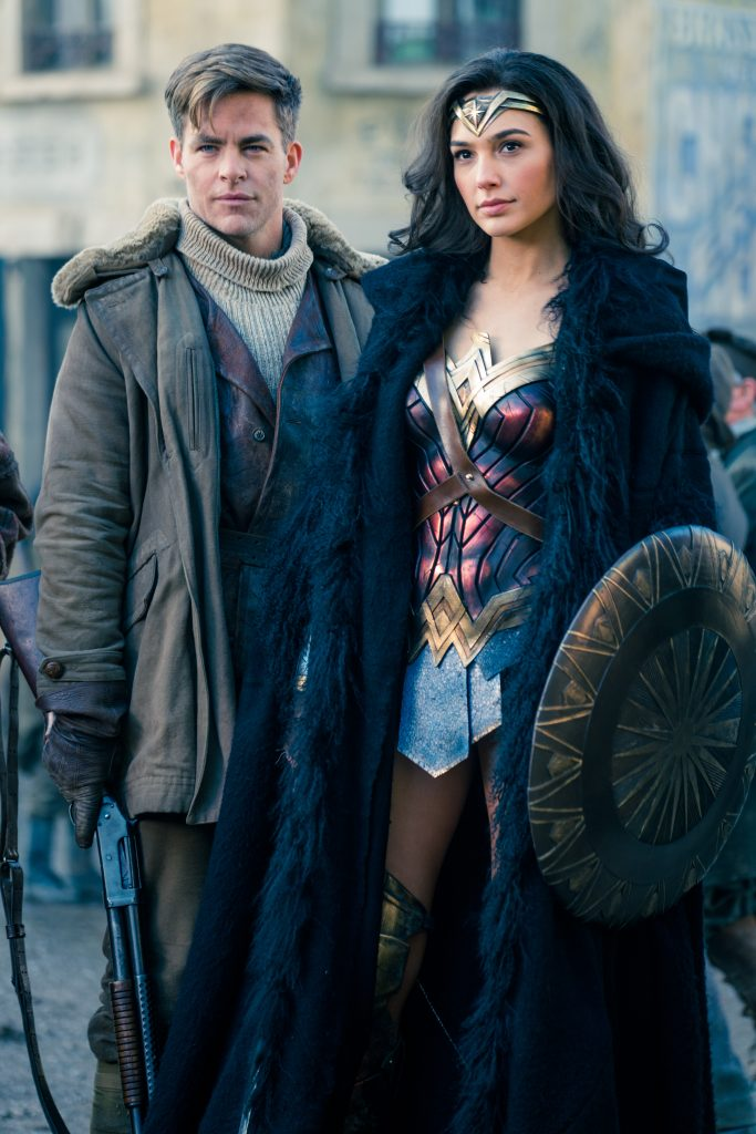 Chris Pine und Gal Gadot posieren in Kampfmontur für Wonder Woman