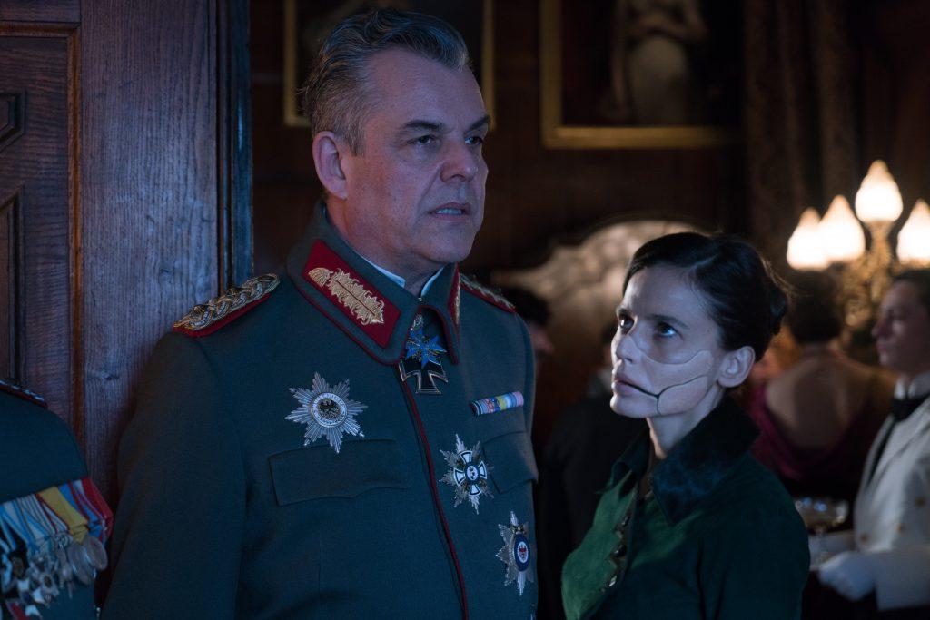 General Ludendorf verzieht das Gesicht, neben ihm steht Doktor Poison
